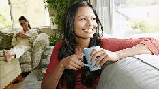 Femme assise sur un canapé